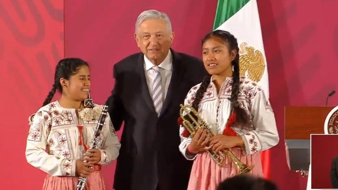Foto:AMLO entrega instrumentos a músicos oaxaqueños en Palacio Nacional