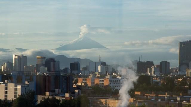 Debido a lo despejado del cielo capitalino, los volcanes Popocatépetl e Iztaccihuatl son visibles, 22 febrero 2020