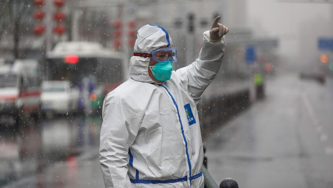 Fotografía que muestra a un trabajador sanitario por coronavirus, 15 febrero 2020