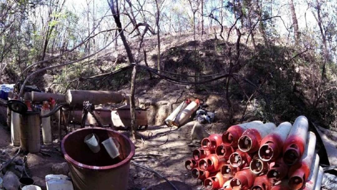 Foto: Elementos del Ejército Mexicano decomisaron tres reactores para síntesis orgánica con tubos condensadores, 50 Bidones con sustancias químicas, 20 Tanques de gas L.P. y una planta de energía eléctrica