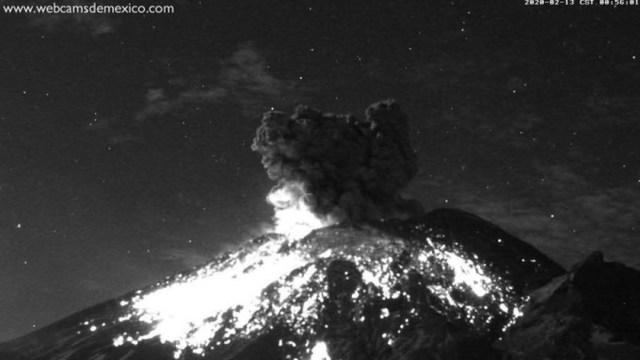 Popocatépetl lanza explosión con fragmentos incandescentes