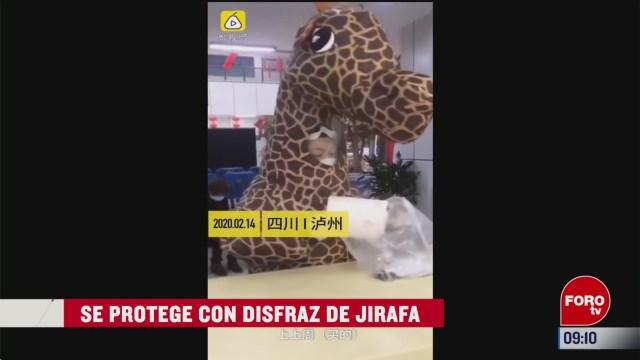 extra extra se protege con disfraz de jirafa
