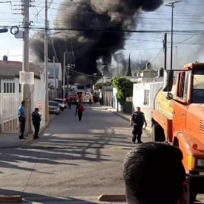 Incendio consume fábrica de plásticos en Puebla