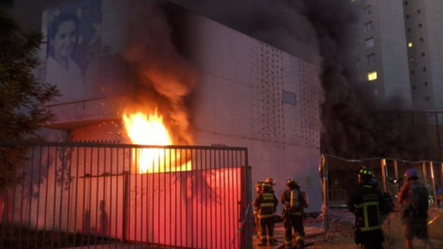Foto: Bomberos trabajan para controlar incendio en el Museo de Violeta Parra.