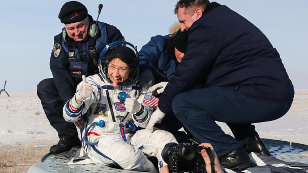 Astronauta Christina Koch recibe cariñosa bienvenida en su hogar, el encuentro incluyó interminables lamidos y saltos