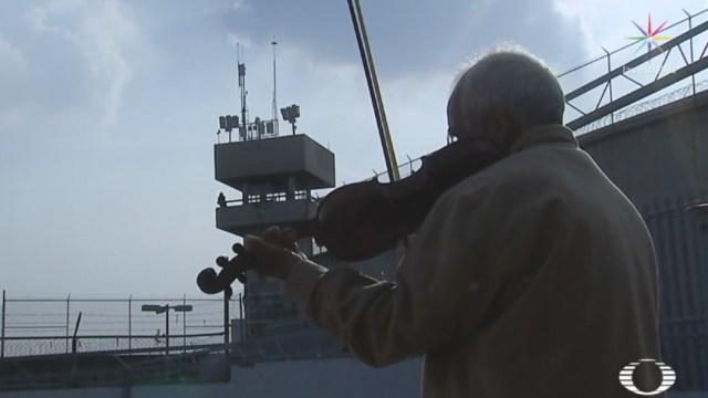 """FOTO Sale libre el """"preso del violín"""", estaba en el penal de Chiconautla (Noticieros Televisa)"""