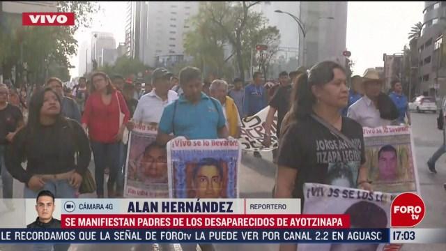 FOTO: manifestacion de padres de normalistas de ayotzinapa avanza sobre reforma