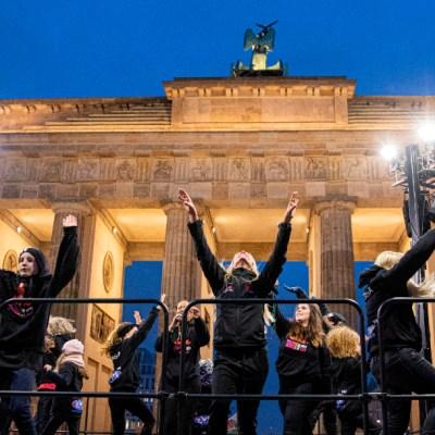 Mujeres bailan contra violencia machista en San Valentín de Berlín