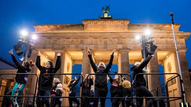 FOTO Mujeres bailan contra violencia machista en San Valentín de Berlín (EFE)