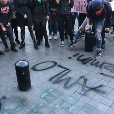 Feministas protestan en Palacio Nacional, en CDMX; exigen atender casos de feminicidio