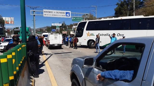 FOTO: Bloquean autopista del Sol en apoyo a padres de los 43 normalistas, el 16 de febrero de 2020