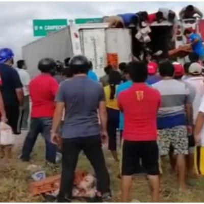 Pobladores cometen rapiña de pan tras volcadura de tráiler