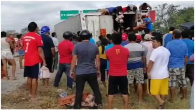 Foto: Varias personas robaron la mercancía de un tráiler en Campeche, 15 de febrero de 2020 (Noticieros Televisa)