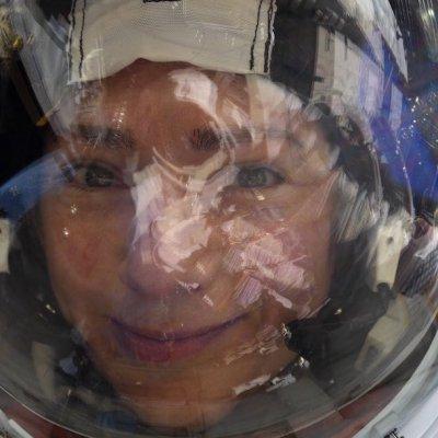Astronauta se toma selfie con la Tierra reflejada en su visor