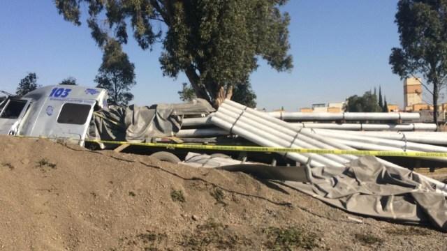 FOTO Muere chofer en volcadura de trailer en la autopista México-Puebla (Noticieros Televisa)