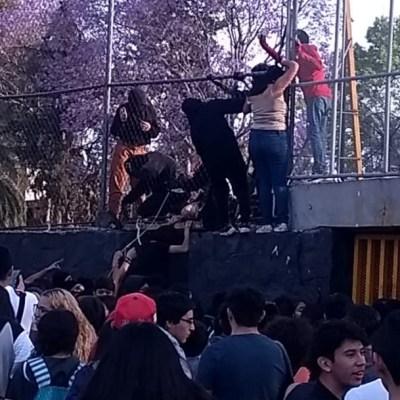 A 'huevazos', encapuchados vuelven a tomar la Prepa 5 de la UNAM