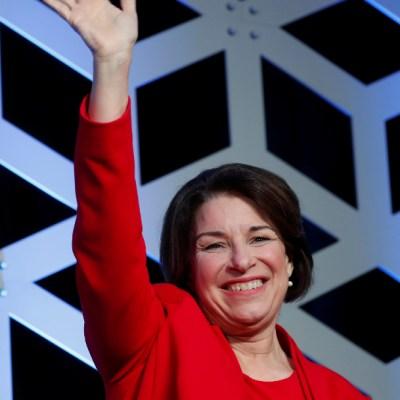 Amy Klobuchar abandona carrera por nominación demócrata