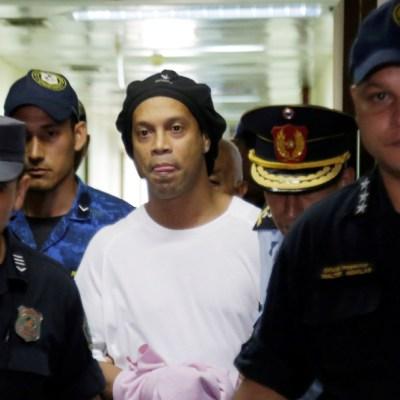 Ronaldinho pasa su cumpleaños 40 jugando futbol en la cárcel
