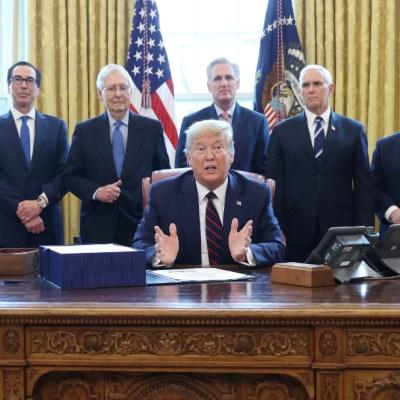 Trump promulga paquete de rescate económico de 2.2 billones de dólares por coronavirus