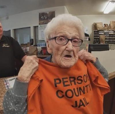 Mujer de 100 años cumple sueño de ir a prisión
