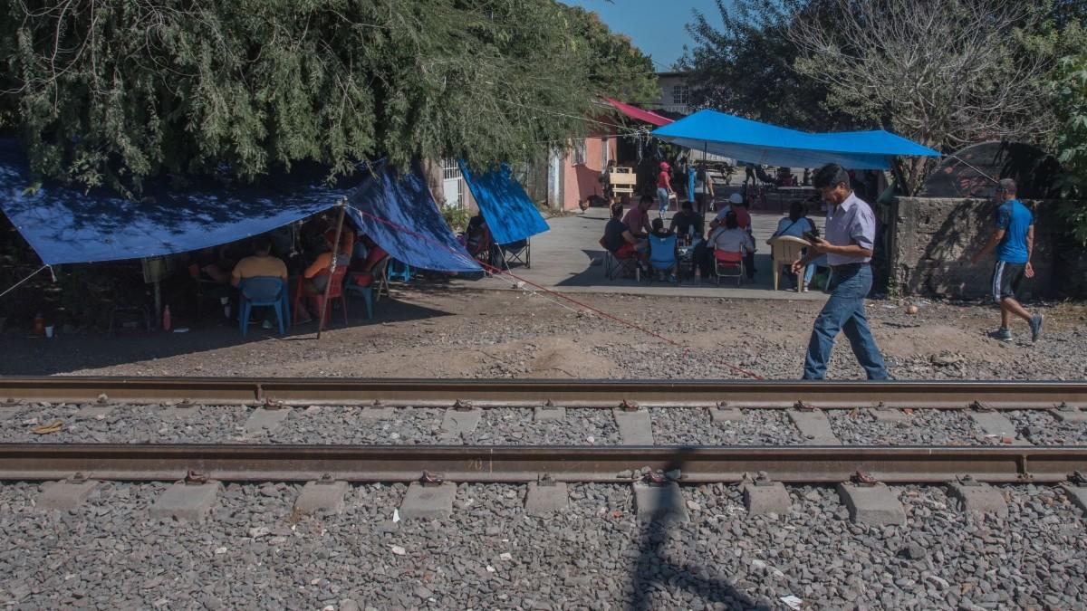 Normalistas bloquean vías ferroviarias en Morelia