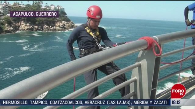 FOTO: bomberos retiran basura a rapel en acapulco