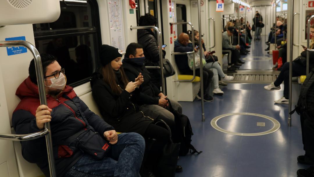 FOTO: Italianos en el metro de Milán con cubrebocas, el 04 de marzo de 2020