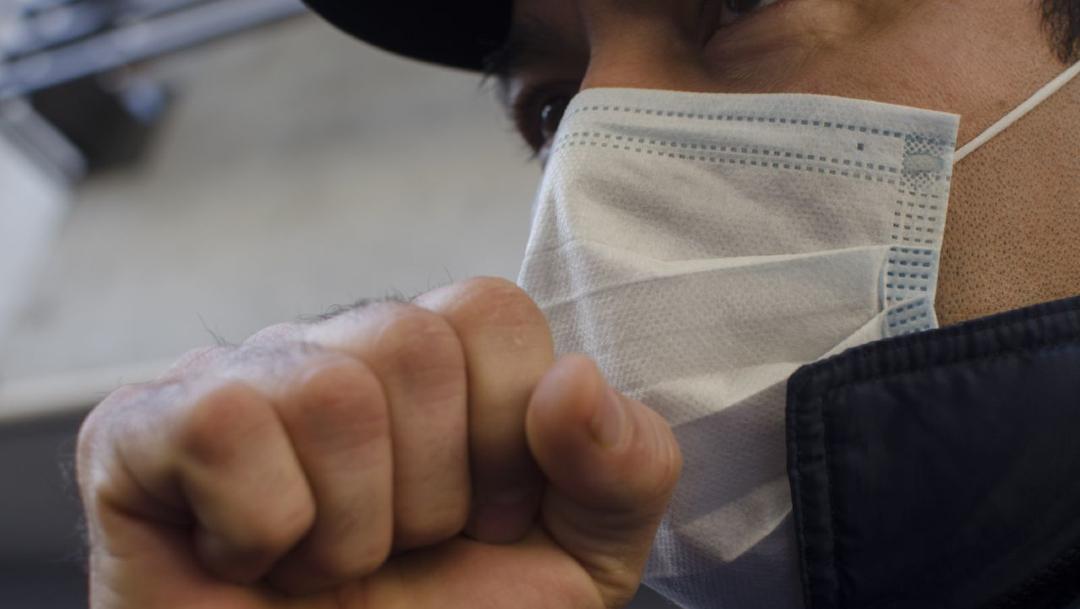 Foto: Una persona protege sus vías respiratorias con cubrebocas, 12 marzo 2020