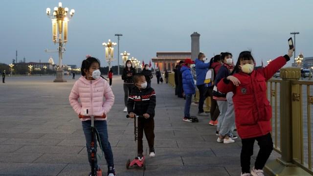 FOTO OMS aclara: Niños sí corren riesgos por coronavirus; en la iamgen, niños en Beijing (Getty Images)