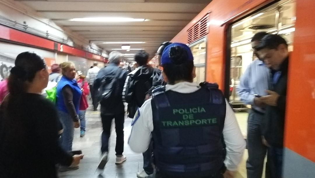 FOTO: Usuarios del Metro CDMX reportan desalojo tras fallas en Línea 6, el 12 de marzo de 2020