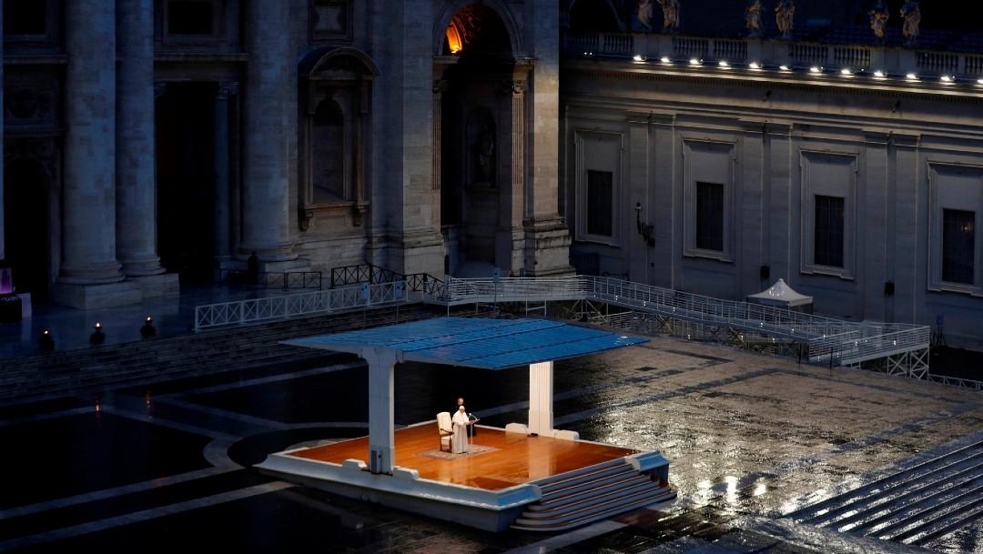Foto: El papa imparte bendición, en Plaza de San Pedro vacía, por coronavirus