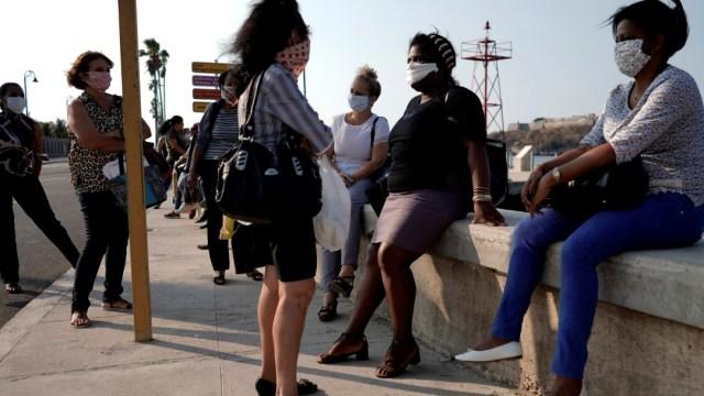 Foto: Mujeres usan cubreboca en calles de La Habana, Cuba. Reuters