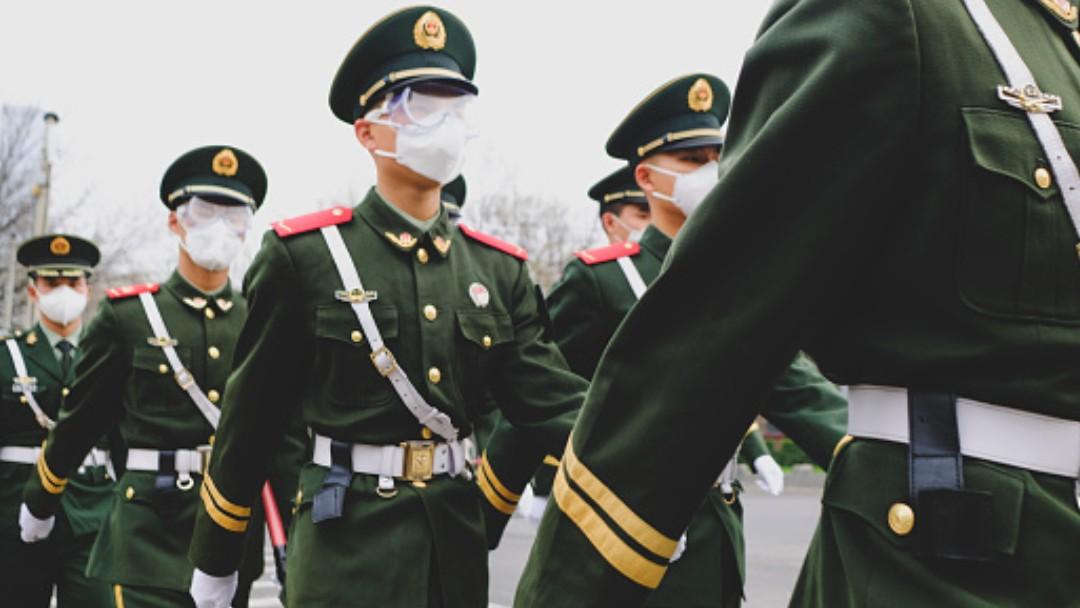Foto: Policías chinos usan cubreboca- Getty Images