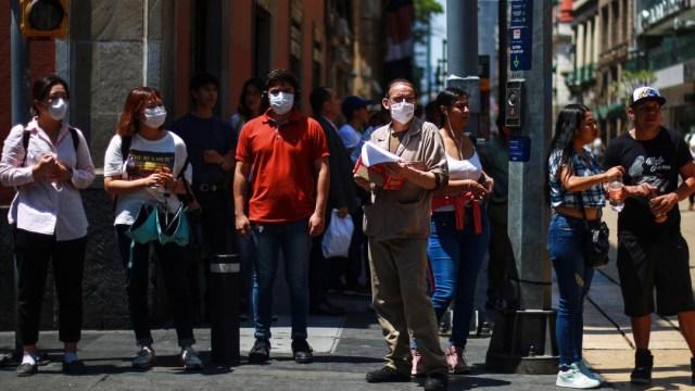 Foto: Hombres y mujeres usan cubreboca en calles de la Ciudad de México. Getty Images