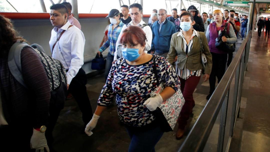 Foto: Usuarios del Metro CDMX usan cubreboca. Reuters