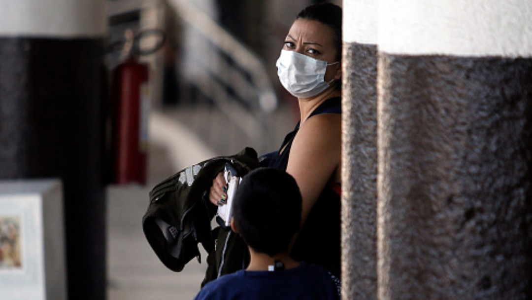 Foto: Una mujer usa cubreboca en calles de Ciudad de México. Getty Images