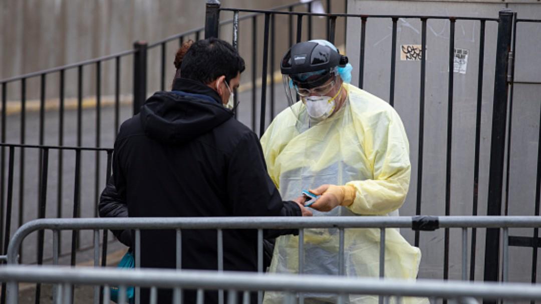 Foto: Personal sanitario checa la temperatura a personas en Nueva York, EEUU. Getty Images