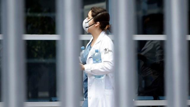 Foto: Un médico usa cubreboca. Getty Images