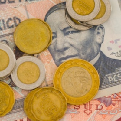 Foto: Monedas y billetes mexicano. Getty Images