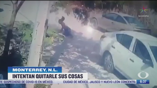 ladrones arrastran a mujer por una calle por resistirse a un asalto