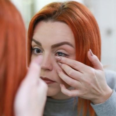 Por qué aumenta el riesgo de contraer COVID-19 si usas lentes de contacto