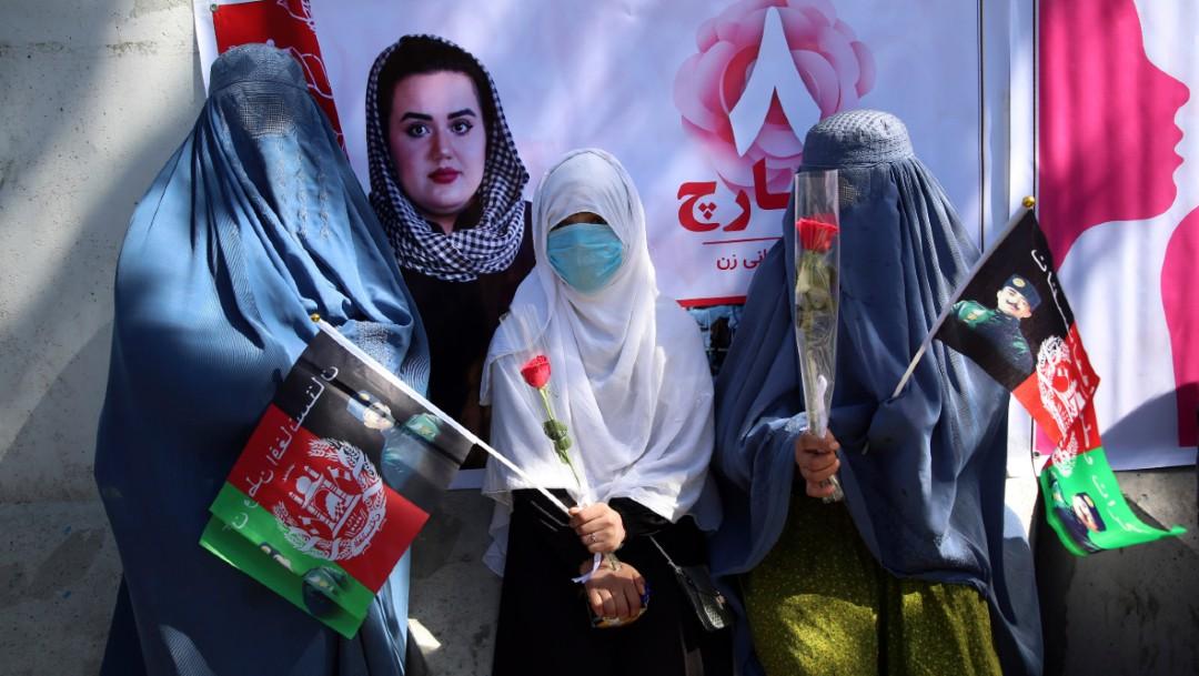 Un grupo de mujeres activistas celebran el Día Internacional de la Mujer en Kabul, Afganistán. (AP)