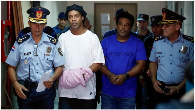 Foto: Ronaldinho compareció ante las autoridades de Paraguay este sábado, 7 de marzo de 2020 (AP)