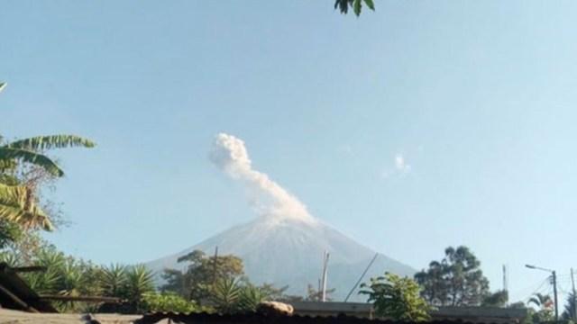 Volcán de Fuego de Guatemala aumenta erupciones y lanza ceniza