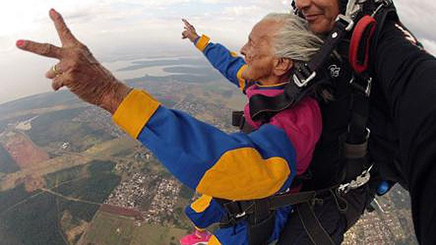 Foto: Muere a los 110 años la mujer más anciana en saltar en paracaídas, 8 de abril de 2020, (fozdoiguacudestinodomundo.com.br)
