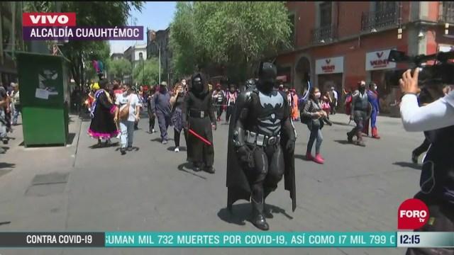 artistas callejeros marchan por calles del centro historico de la cdmx