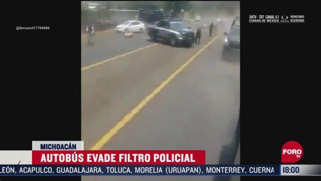 FOTO: autobus evade filtro policial en michoacan