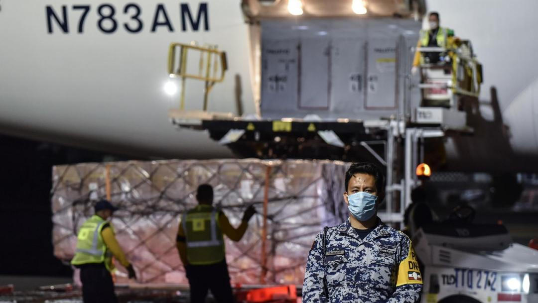 Foto: Elementos del ejército descargan el segundo avión con insumos médicos, 17 abril 2020