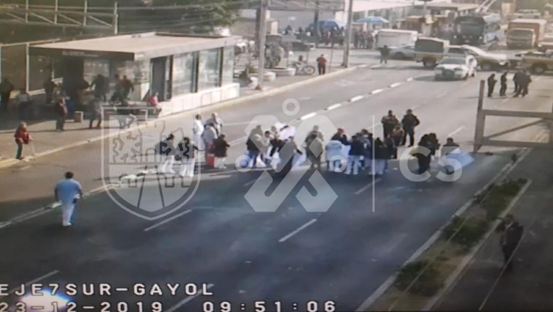 FOTO: Trabajadores del ISSSTE bloquean Félix Cuevas por falta de insumos ante coronavirus, el 15 de abril de 2020