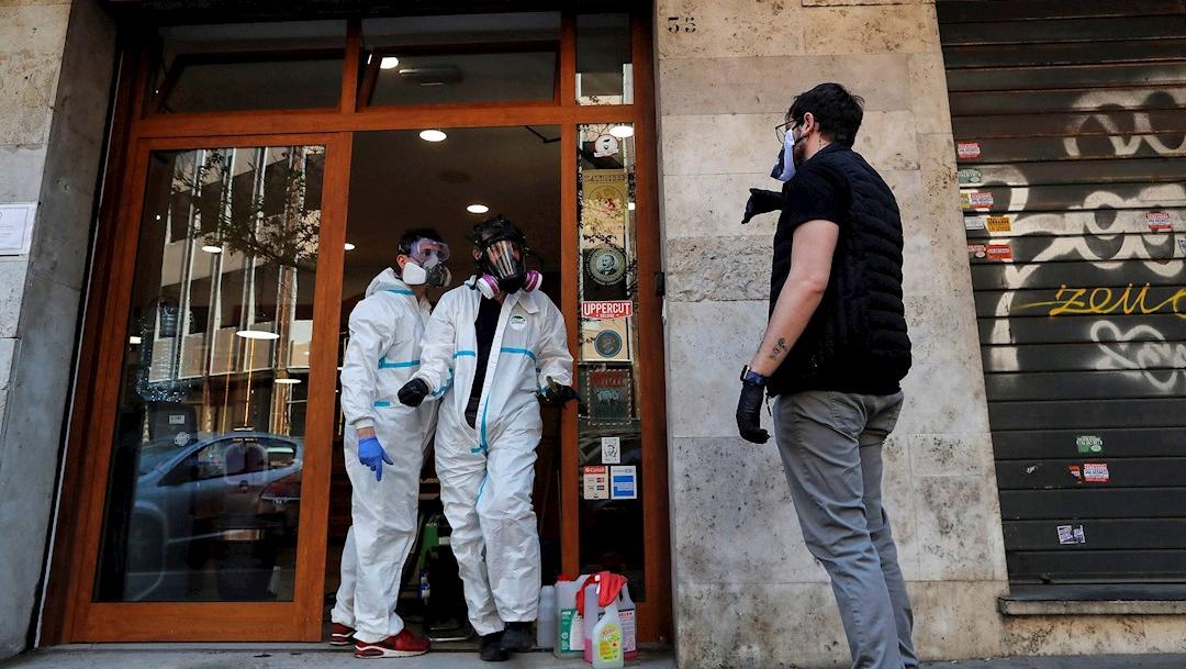 Foto: Autoridades sanitarias realizan la desinfección de una barbería en el barrio de Prati, Roma, Italia, 10 abril 2020